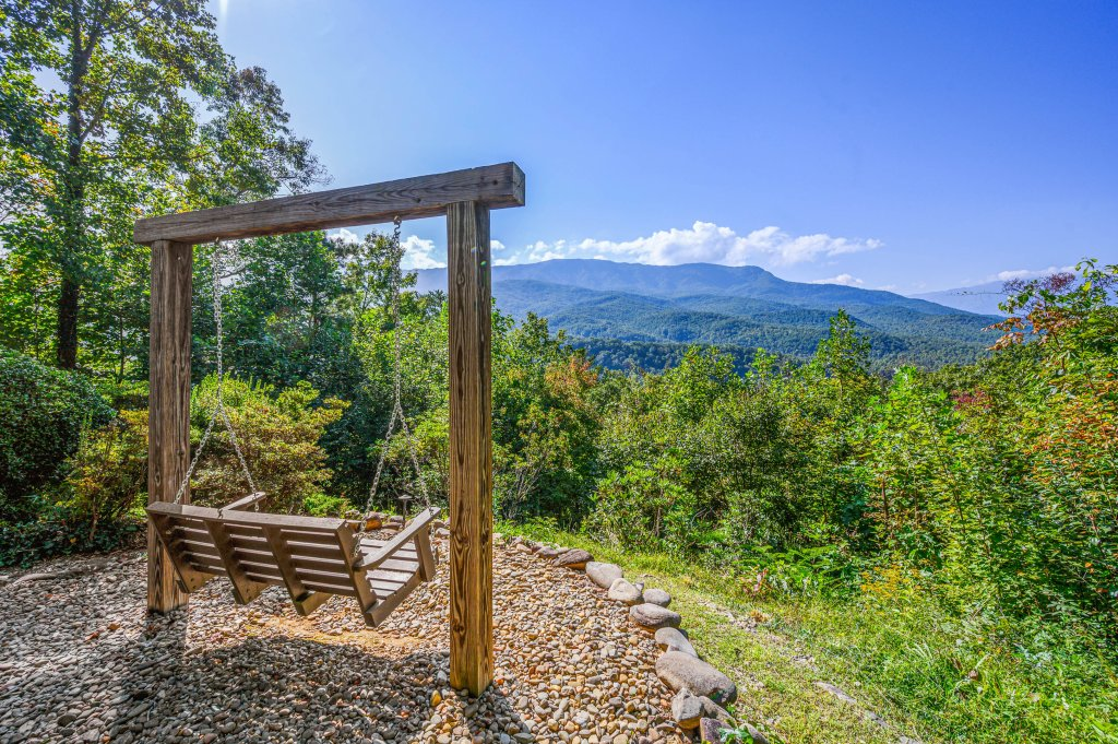 Photo of a Gatlinburg Cabin named Find Your Bear-ings - This is the thirty-first photo in the set.
