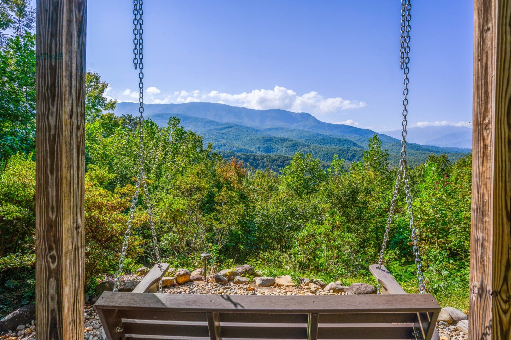 Photo of a Gatlinburg Cabin named Find Your Bear-ings - This is the thirty-second photo in the set.