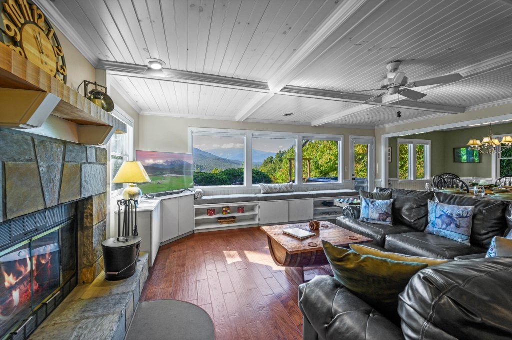 Photo of a Gatlinburg Cabin named Find Your Bear-ings - This is the eighty-fifth photo in the set.
