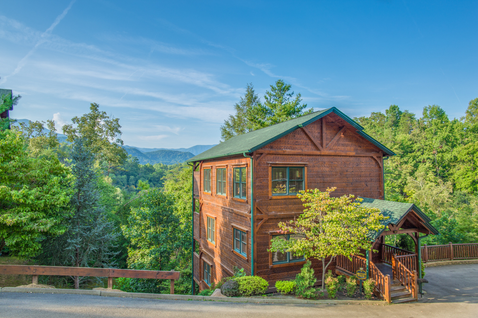 Gatlinburg majesty cabin in gatlinburg w 4 br sleeps14 for Smoky mountain cabin rental with private pool
